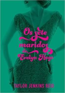Capa do livro Os sete maridos de Evelyn Hugo: uma foto, editada para ficar toda em verde, de uma mulher com vestido de festa com as mãos no quadril e na cintura. A imagem não mostra o rosto da boca para cima e o título do livro e nome da autora estão aplicados por cima em rosa